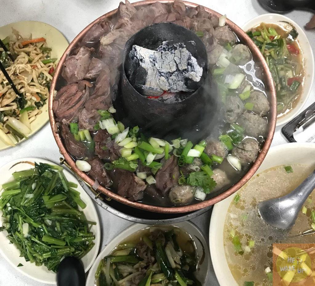 羊肉火鍋、羊肉湯、炒麵、炒空心菜、蔥爆牛肉、涼拌小黃瓜