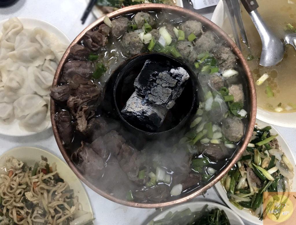 羊肉火鍋、黃牛肉水餃、涼拌黃瓜、炒麵